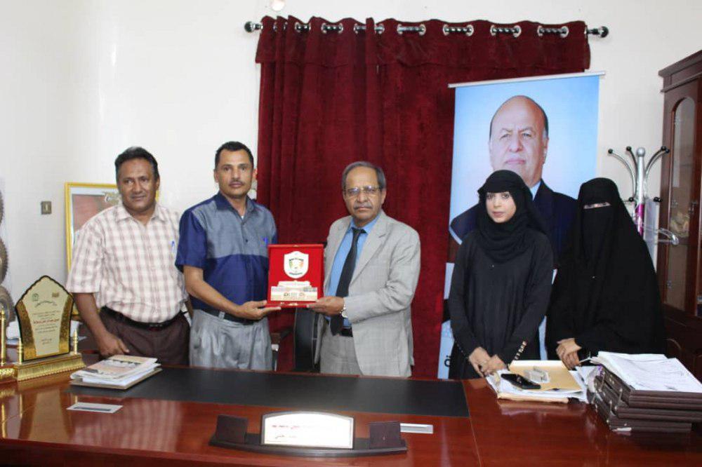 باسلامة يتسلم درع الشكر والتقدير من المنتدبين اكاديميا في جامعة  عدن