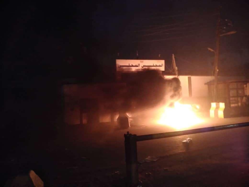 عاجل: بعد دقائق من الانفجار .. شاهد أول صورة من أمام المجلس المحلي في الشيخ عثمان