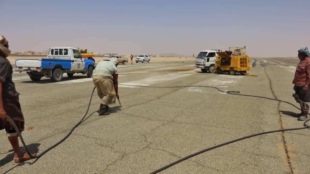 محافظ شبوة يتفقد سير العمل في صيانة مدرج مطار عتق الدولي