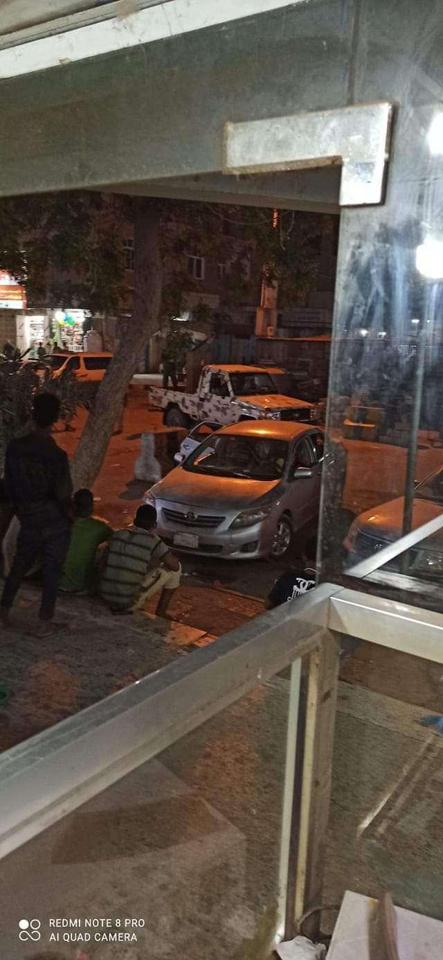 قوة أمنية تقتحم منزل مسؤول في عدن