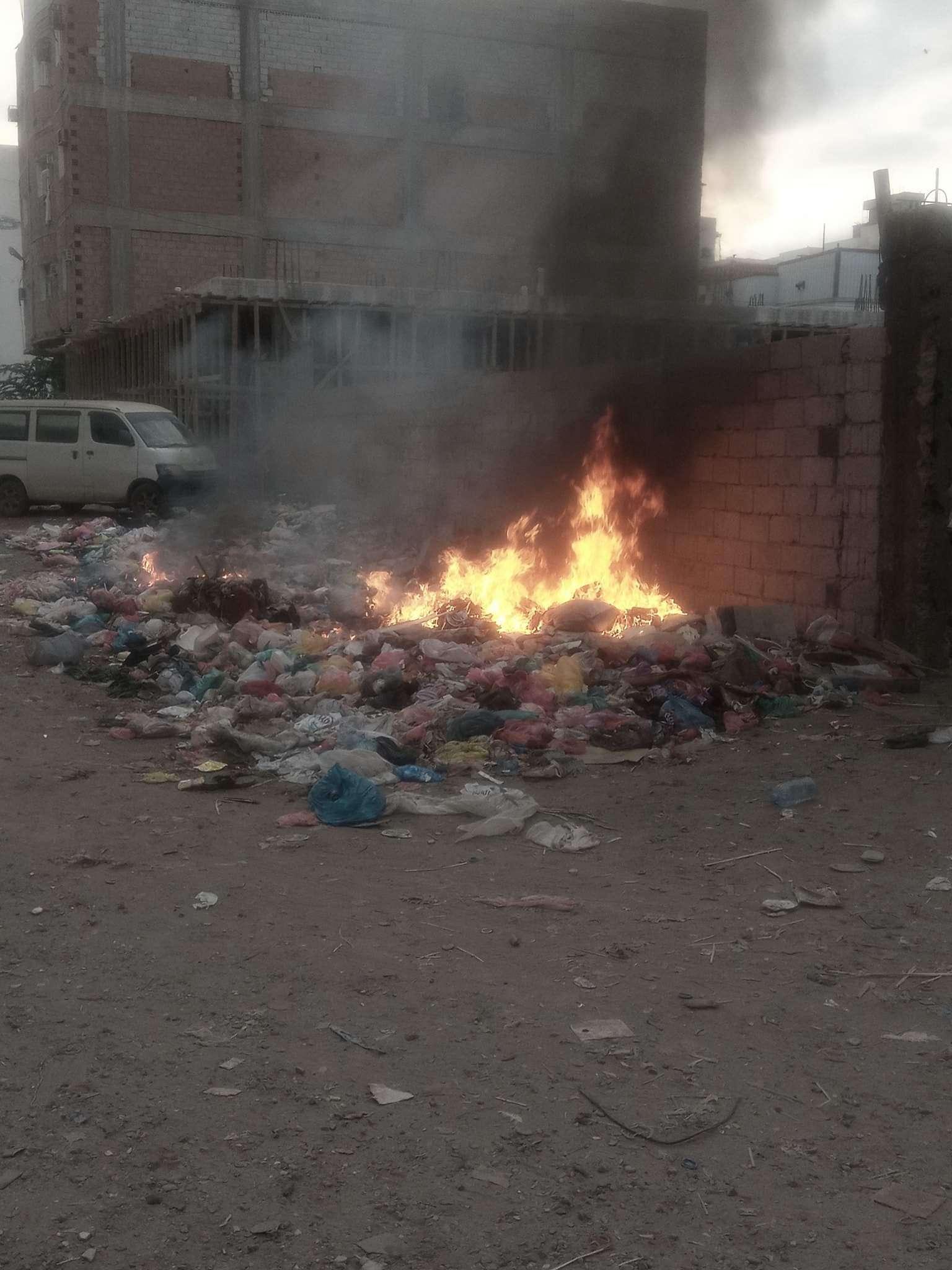 بسبب تقاعس المسؤولين.. مواطنون يحرقون القمامة في عدن