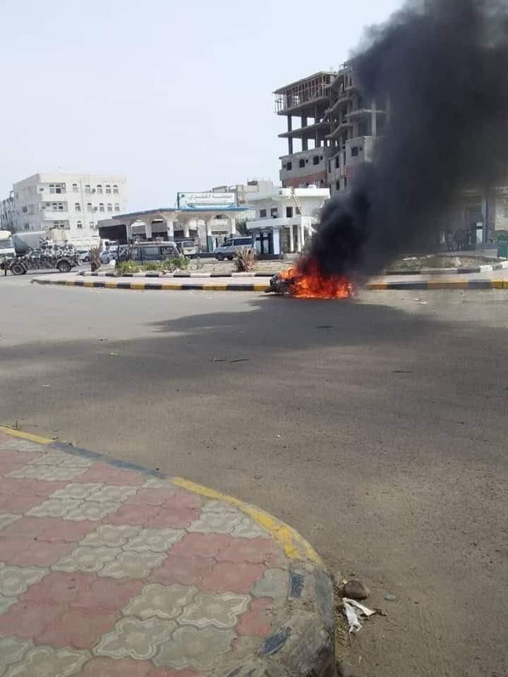 عاجل : قوة أمنية تحرق دراجات نارية شمال عدن(صورة)