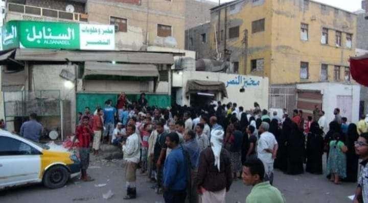 صورة وحدث .. عشرات المواطنين في طوابير طويلة أمام مخبز لبيع الروتي