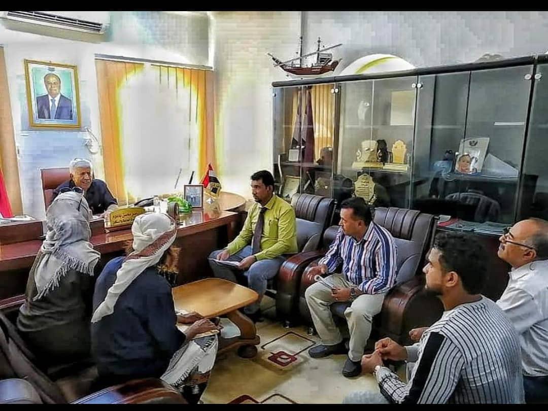 عدن:مدير عام الخدمات الطبية بديوان وزارة الصحة يلتقي المعتصمين  في بوابة وزارة الصحة بشأن ملابسات وفاة الطفلة رضا