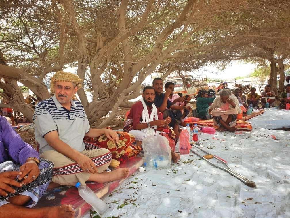 الشيخ وليد الفضلي يزور القبائل التي تضررت من الحرب في مشارف زُنجبار