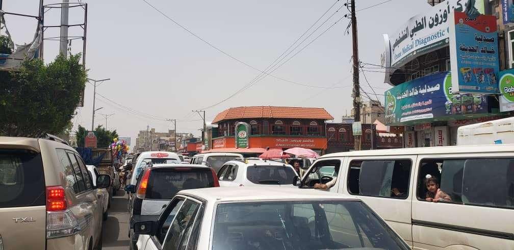 مطعم جديد لاحد المشرفين الحوثيين يتسبب في عرقلة حركة السير وحوادث مرورية بصنعاء