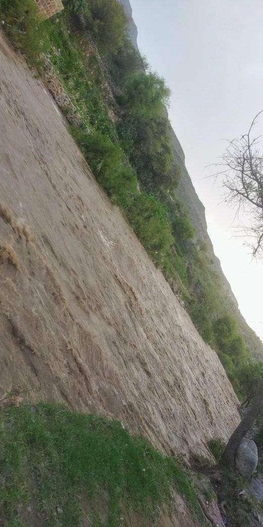 يحدث الآن : سيول كبيرة في وادي بنا (صورة)
