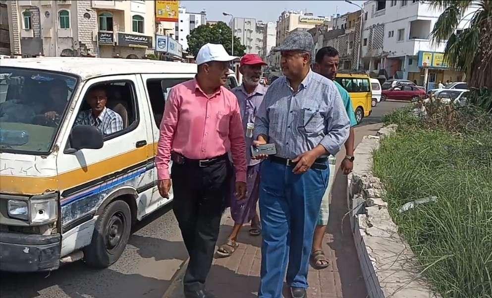 مدير نظافة وتحسين عدن يتفقد أعمال التشجير وتشذيب المساحات الخضراء في عدد من شوارع مديريات المحافظة