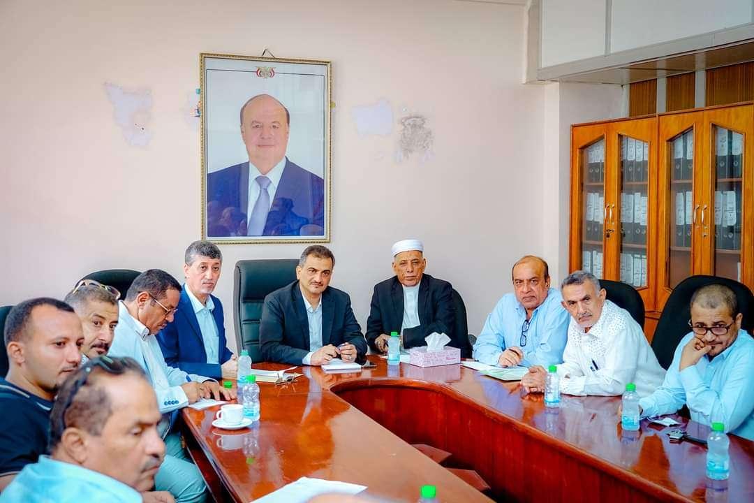 المحافظ لملس يترأس اجتماعاً موسعاً لقيادة الغرفة التجارية ورجال الأعمال بالعاصمة عدن